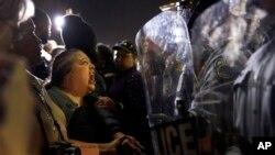 11일 미국 미주리주 퍼거슨 시 경찰서 주변에서 경찰의 인종차별에 항의하는 시위가 벌어졌다.