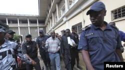 Laurent Akoun (au c.) un haut responsable du FPI, après son procès à Abidjan, le 31 août 2012