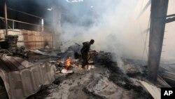 9일 사우디아라비아가 주도하는 아랍연합군의 공습으로 파괴된 예멘 수도 사나의 식품 공장 근로자가 건물 잔해 속에서 생존자를 찾고 있다.