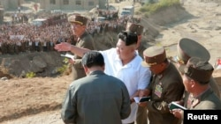 지난 2015년 9월 북한 김정은 국무위원장이 라선시 수해 복구 현장을 방문했다고 북한 관영 조선중앙통신이 보도했다. (자료사진)