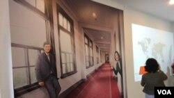 總統府內參觀者可以和總統與副總統的照片拍照 (美國之音申華 拍攝)