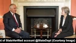 Le secrétaire d'Etat américain Rex Tillerson s'est entretenu jeudi matin avec la Première ministre britannique Theresa May, première d'une série de rencontres sur la Libye et la Corée du Nord, à Londres, Royaume-Uni, 14 septembre 2017. (Twitter/Department Of State)