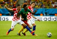 Croatia's Darijo Srna (L) and Mario Mandzukic fight for the ball with Cameroon's Benjamin Moukandjo during their 2014 World Cup Group A soccer match at the Amazonia arena in Manaus June 18, 2014.
