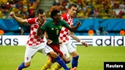 Darijo Srna (G) et Mario Mandzukic de la Croatie lutte pour le ballon avec Benjamin Moukandjo du Cameroun lors de leur match du Groupe A en Coupe du monde 2014 de football à l'aréna Amazonie à Manaus le 18 Juin, 2014 REUTERS / Murad Sezer.