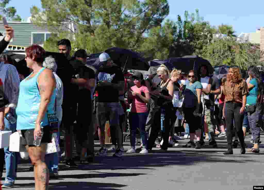 美国内华达州拉斯维加斯音乐会大规模枪击案之后,数百人排队献血,救助受伤者(2017年10月2日)。