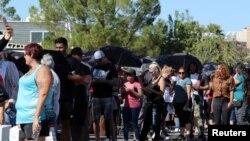 Hàng trăm người xếp hàng chờ hiến máu giúp nạn nhân vụ nổ súng làm nhiều người chết và bị thương tại Las Vegas (ảnh chụp ngày 2/10/2017)