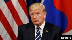 Presiden Amerika Serikat Donald Trump dalam pertemuan dengan presiden Korea Selatan Moon Jae-in di jeda Sidang Majelis Umum PBB di New York, 21 September 2017. (REUTERS/Kevin Lamarque).