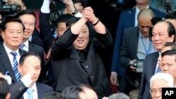 El líder norcoreano Kim Jong Un, en el centro, saluda al salir de una estación ferroviaria en Dong Dang, ciudad fronteriza de Vietnam. Foto de archivo.