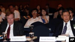 지난해 8월 로버트 킹 미국 북한인권특사(왼쪽)와 마르주끼 다루스만 유엔 북한인권특별보고관이 서울에서 열린 제3차 샤이오 인권 포럼에 참석해 개회사를 듣고 있다. (자료사진)