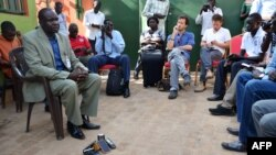 Oliver Modi, umuyobozi w'Ishirahamwe ry'abamenyeshamakuru bo muri Sudani y'Ubumanuko (hagati)