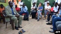 Oliver Modi, i bubamfu, arongoye ihuriro ry'abanyamakuru muri Sudani y'Epfo mu nama na bagenzi we, I Juba