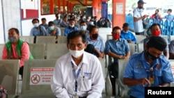 Warga antre untuk menerima vaksinasi COVID produksi AstraZeneca di Kampung Rambutan, Jakarta (foto: ilustrasi).