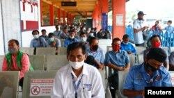 Warga antre untuk menerima vaksinasi COVID-19 di Terminal Kampung Rambutan, Jakarta (foto: dok).