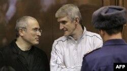 Михаил Ходорковский (слева) и Платон Лебедев в зале суда. Москва. Россия. 28 декабря 2010 года