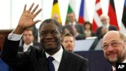 À esquerda o médico Denis Mukwege