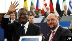 Docteur Denis Mukwege, à gauche, recevant le prix Sakharavo des mains du président du parlement européen Martin Schulz, 26 novembre 2014.