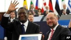 Dr Denis Mukwege, à droite, reçoit le Prix Sakharov du Parlement européen, 26 novembre 2014