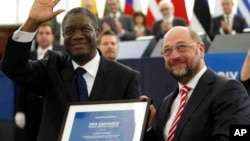 Dr. Denis Mukwege de la RDC, un gynécologue spécialisé au traitement des victimes de viole et violence sexuelle extrême, reçoit le Prix Sakharov des mains du président du Parlement Européen, mercredi le 24 novembre 2016 au Parlement Européen à Strasbourg, en France.
