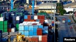 Tumpukan kontainer di pelabuhan Tanjung Priok di tengah pandemi Covid-19 di Jakarta, 3 Agustus 2020 (REUTERS/Ajeng Dinar Ulfiana)