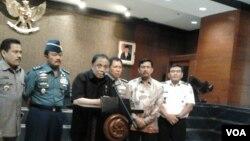 Menko Bidang Kemaritiman, Indroyono Soesilo, saat menyampaikan keterangan kepada pers di kantor Kementerian Kelautan dan Perikanan di Jakarta, Rabu, 5 November 2014 (Foto: VOA/Iris Gera).