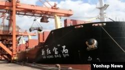 지난해 12월 중국선적 신홍바오셔 호가 포항신항내 포스코 원료부두에 접안해 러시아 시베리아산 유연탄 4만 500t의 하역작업을 진행하고 있다. 신홍바오셔호는 라진항을 출발해 포항에 도착했다. (자료사진)