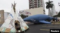 反對捕鯨人士在會議場外示威。