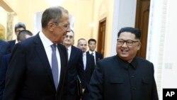 김정은 북한 국무위원장(오른쪽)과 세르게이 라브로프 러시아 외무장관이 지난 31일 평양에서 회담을 했다.