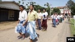 Para tahanan yang dibebaskan meninggalkan penjara Insein di Yangon, Birma (12/10).