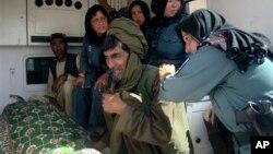 16일 아프가니스탄 헬만드주에서 무장괴한의 총격으로 고위 여성 경찰관이 사망한 가운데, 가족들이 오열하고 있다.