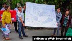 Người dân căng bản đồ quy hoạch, được cho là bị mất, đòi làm việc với Ban Tiếp dân vào ngày 8/6/2018.