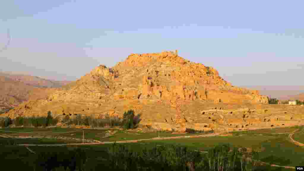 مجسمههای تخریب شدۀ صلصال وشهمامه، شهرغلغله وده ها آبده تاریخی و مناظر طبیعی در مرکز بامیان، از جاذبههای مهم گردشگری افغانستان محسوب میشوند. در این تصویر شما شهر غلغله را تماشا می کنید