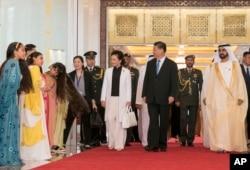 阿联酋统治者、副总统兼总理穆罕默德欢迎中国国家主席习近平和夫人彭丽媛。