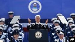 조 바이든 미국 부통령(가운데)이 28일 미 공군사관학교 졸업식에서 연설하고 있다.
