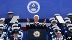 拜登副總統星期三向美國空軍學院畢業生發表演說
