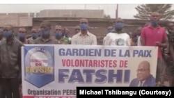 """Police etiaki maboko na bato ba lingomba limibengi """"gardiens de la paix"""" na kingamba, na Kingabwa, Limete, Kinshasa, 26 aout 2020.(Twitter/Michael Tshibangu)"""