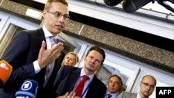 Ngoại trưởng Phần Lan Alexander Stubb (trái) nói chuyện với ký giả khi ông đến dư cuộc họp khối EU ở Luxembourg. Các ngoại trưởng EU đã mở rộng biện pháp trừng phạt Syria