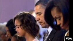 Presiden Barack Obama bersama istrinya, Michelle (kanan) dan kedua putrinya saat menghadiri misa Paskah, 4 April 2010.