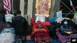 图为藏人3月9日继续在联合国总部外绝食,要求调查西藏人权