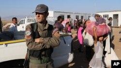 Курдский сирийский ополченец охраняет лагерь беженцев в городе Новруз в Сирии. 12 августа 2014 г.