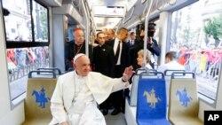 Papa Franja u Krakovu se vozio javnim prevozom na putu ka mestu održavanja Svetskog dana mladih