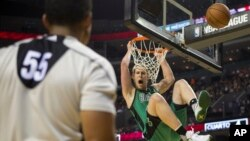 Kelly Olynyk des Boston Celtics à Mexico City, le 4 décembre 2015. (AP Photo/Rebecca Blackwell)