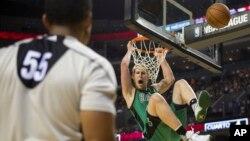 Kelly Olynyk des Boston Celtics à Mexico City, le 4 décembre 2015. (AP Photo/Rebecca Blackwell)