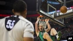 Kelly Olynyk des Boston Celtics en plein dunk, décembre 2015.