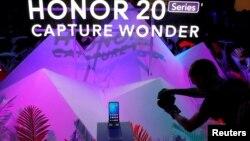 资料照:华为在伦敦举办发布会推出手机荣耀20系列。(2019年5月21日)