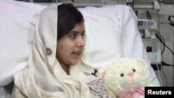Nữ sinh người Pakistan Malala Yousufzai tại Bệnh viện Queen Elizabeth ở Birmingham, miền trung nước Anh.