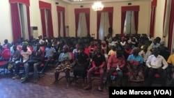Desalojados prometem reerguer suas casas