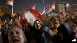 Kaum perempuan Mesir meneriakkan slogan-slogan anti Presiden Mohamed Morsi dalam protes di Lapangan Tahrir, Kairo (27/6).