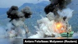 Dua kapal nelayan asing yang terdaftar di Papua Nugini dihancurkan angkatan laut Indonesia di pantai Ambon, Maluku. (Foto: Dok)
