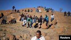 Des survivants du massacre de Marikana sur la ''Colline de l'horreur'', site de la tuerie d'août 2012