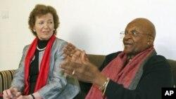 南非大主教圖圖(右)和愛爾蘭前總統羅賓遜2月8日在新德里
